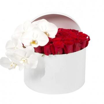 Букет №18  из красных роз и белой орхидеи (30 роз)