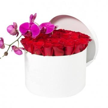 Букет №20  из красных роз и пурпурной орхидеи (30 роз)