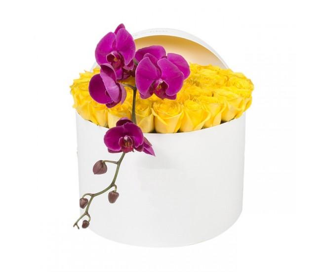 Букет №26  из желтых роз и пурпурной орхидеи (30 роз)